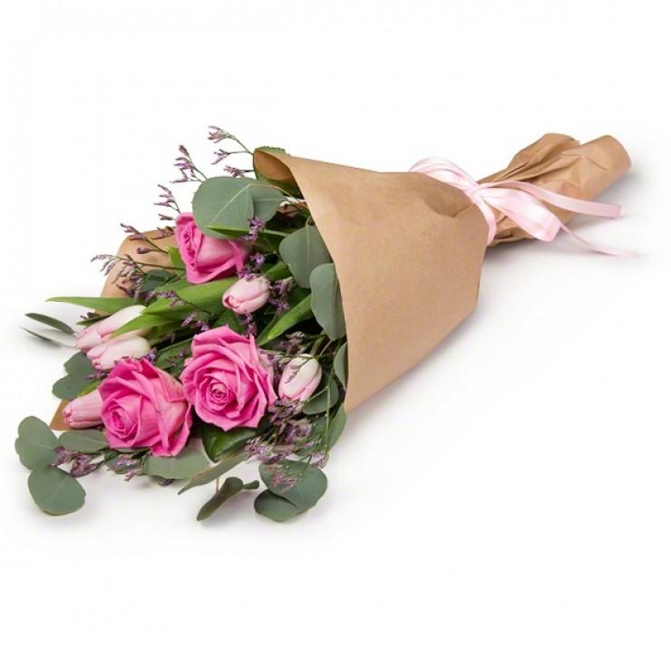 Видеть во сне вокруг себя много букетов цветов значит иметь широкий круг знакомых, разносторонние интересы, быть общительным и компанейским человеком.